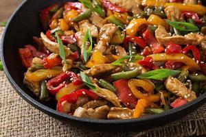 Braten Sie Hühnchen, Paprika und grüne Bohnen an foto