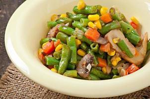 Gemüseeintopf - grüne Bohnen, Pilze, Karotten und Mais