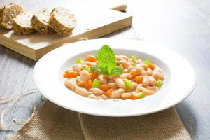 weiße Bohnen mit Karotten und grünem Pfeffer foto