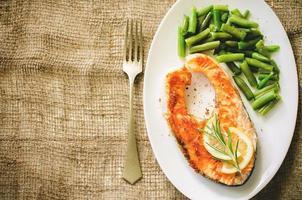 knusprig gegrilltes Lachssteak mit grünen Bohnen foto