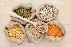 Taschen mit roten Linsen, Erbsen, Weizen und grünem Mungo foto
