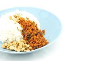 Reis und gebratene Tofu-Erdnüsse sehen aus wie knuspriger Wels-Vegetarier foto