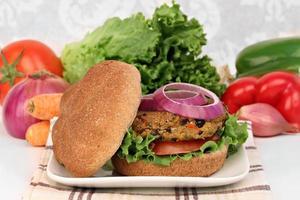Vegetarischer Burger mit schwarzen Bohnen foto