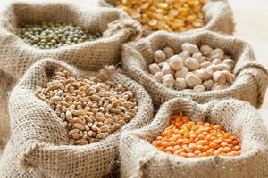 Beutel mit Weizen, Kichererbsen, roten Linsen und grünem Mungo foto