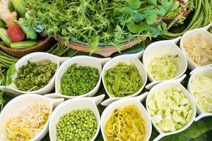 Nahaufnahme eines Salats mit frischem Gemüse foto