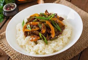 Rühren Sie braten Rindfleisch mit Paprika und grünen Bohnen foto