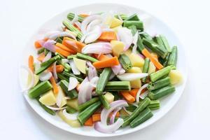 gemischtes Gemüse in einem Plattenhintergrund foto