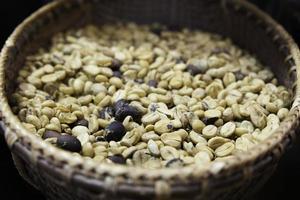 Vignettenhintergrund der grünen Kaffeebohnen. foto