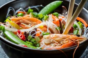Nahaufnahme von Chinesisch mischen Gemüse mit Garnelen foto