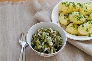 marinierte grüne Bohnen und Salzkartoffeln foto