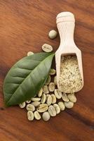 grüne Kaffeebohnen mit Blatt foto
