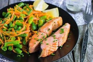 Lachs mit grünen Bohnen und Karotten foto