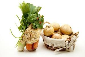 Suppengemüse und Kartoffeln mit Zwiebeln foto