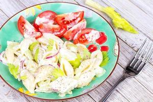 cremiger Nudelsalat mit Sellerie und roten Zwiebeln foto