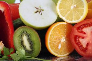 verschiedene Obst- und Gemüsesorten foto