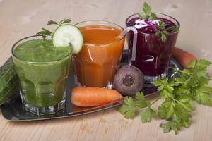 Gemüsegetränke aus Gurken, Karotten und Rüben. foto