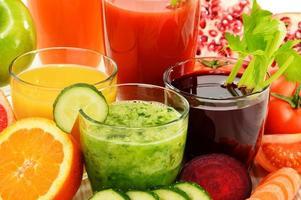 Gläser mit frischen Bio-Gemüse- und Fruchtsäften foto
