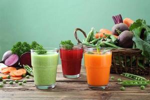 Detox Gemüse Smoothie grüner Hintergrund foto