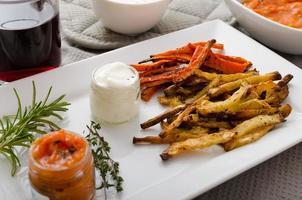 gesunde Gemüsechips - Pommes Frites, Sellerie und Karotten foto