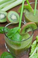 grüner Smoothie mit Kiwi, Gurke, Sellerie foto