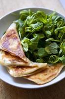 Pfannkuchen und Salat