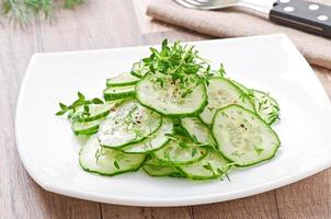 frischer Gurkensalat foto