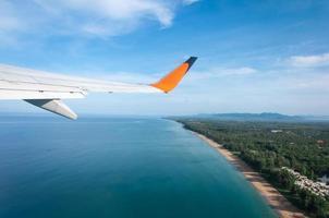 Flugzeug startet von der Insel foto