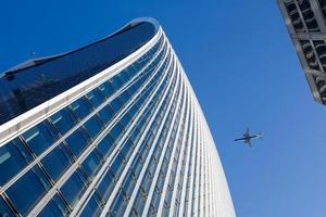 Wolkenkratzer und Flugzeug foto