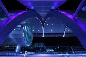 Außen Nachtaufnahme des internationalen Flughafens von Dubai