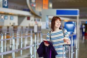 Passagier am Flughafen mit Kaffee zum Mitnehmen foto