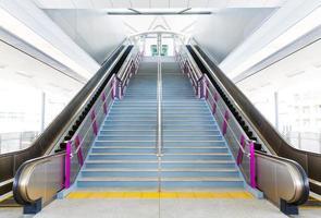 Rolltreppe und Treppe foto