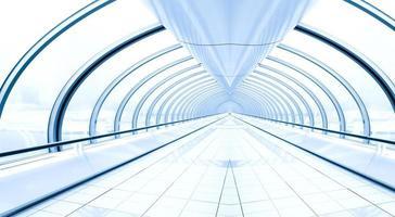 schöner lichtvermindernder Korridor innerhalb des modernen Flughafens foto