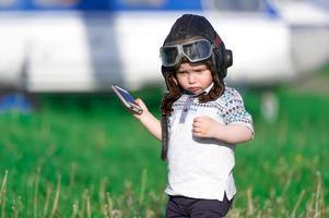 das Kind in Form des Hubschrauberpiloten foto