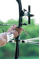 Ein Bogenschütze zielt während des Wettbewerbs auf ein Ziel