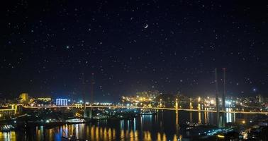 Stadtlandschaft bei Nacht. foto