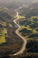 Autobahn durch vulkanische Landschaft foto
