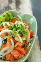 frischer Lachssalat mit Gewürzen - japanisches Essen. foto