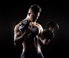muskulöser Mann Gewichtheben foto
