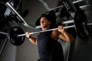 Gewichtheber beim Bankdrücken foto