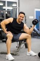Mann, der Gewichte hebt foto