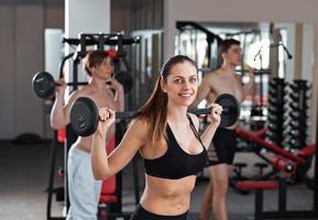 Fitnessstudio mit Langhantel im Fitnessstudio foto