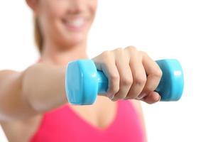 Fitness-Frau, die Gewichte hebt, die Aerobic ausüben foto