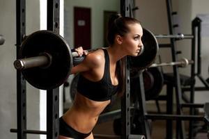 Bild des schönen schlanken Mädchens, das Gewicht hebt foto