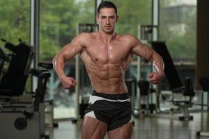ernsthafter Bodybuilder, der im Fitnessstudio steht