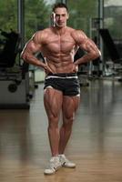 junger Bodybuilder, der Muskeln spielen lässt