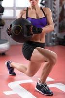 Kniebeugen mit Gewichten foto