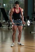muskulöser Mann, der Bizeps ausübt foto