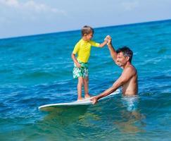 Junge surft foto