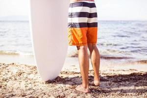 Surfen, Surfen, Strand. Surfer hält Surfer Board