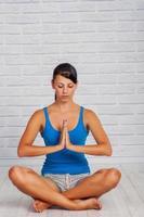 junges Mädchen ist mit Yoga beschäftigt foto